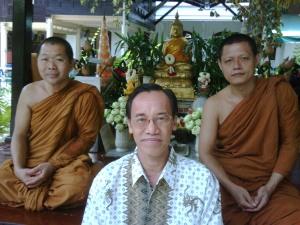 Ketika berkunjung ke Bangkok tahun 2011, sempat ke Wat Bowon, tempat pendidikasn para Bikhu, berpose bersama dgn Bikhu asal Indonesia di Pasramannya
