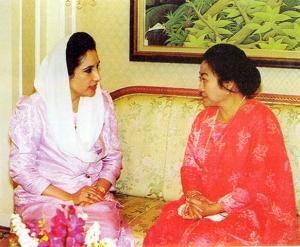 Presiden Megawati bersama PM Pakistan Nusrat Bhutto, dua pemimpin dari negeri Muslim