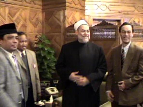 Diterima pula oleh Mufti Agung Mesir, Syekh DR. Ali Jumu'ah, beliau mengeluarkan Fatwa tentang Bank Konvensional itu Halal (2004)