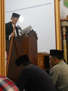 Prof. Hamka Haq, memegang tongkat, baca khotbah Idil Adhha di Pakuniran Probolinggi 15-10-'13