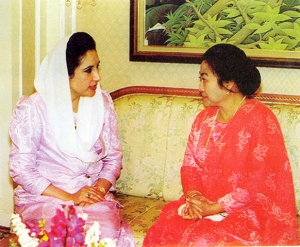 Nusrat Bhutto PM Pakistan saat bertemu dgn Hj.Megawati, tanpa cadar dan tanpa jilbab, hanya pakai kerudung