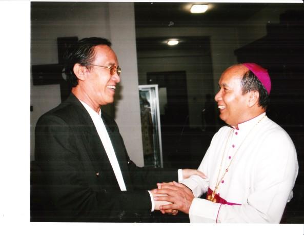 Hamka Haq bersama Uskup Agung Makassar John Liku Ada